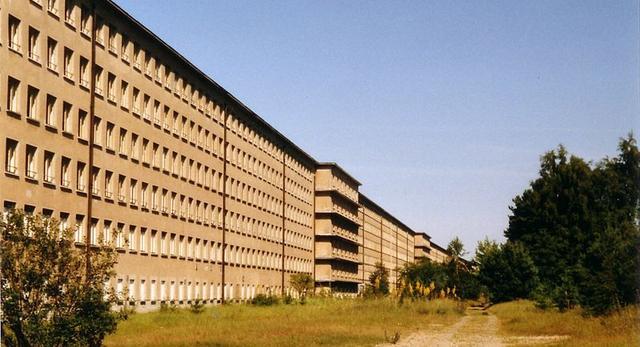 Niedokończony kurort Prora, długo na 4,5 km budynek został wybudowany przez nazistów. Chcieli oni stworzyć ogromny ośrodek turystyczne organizacji Kraft durch Freude